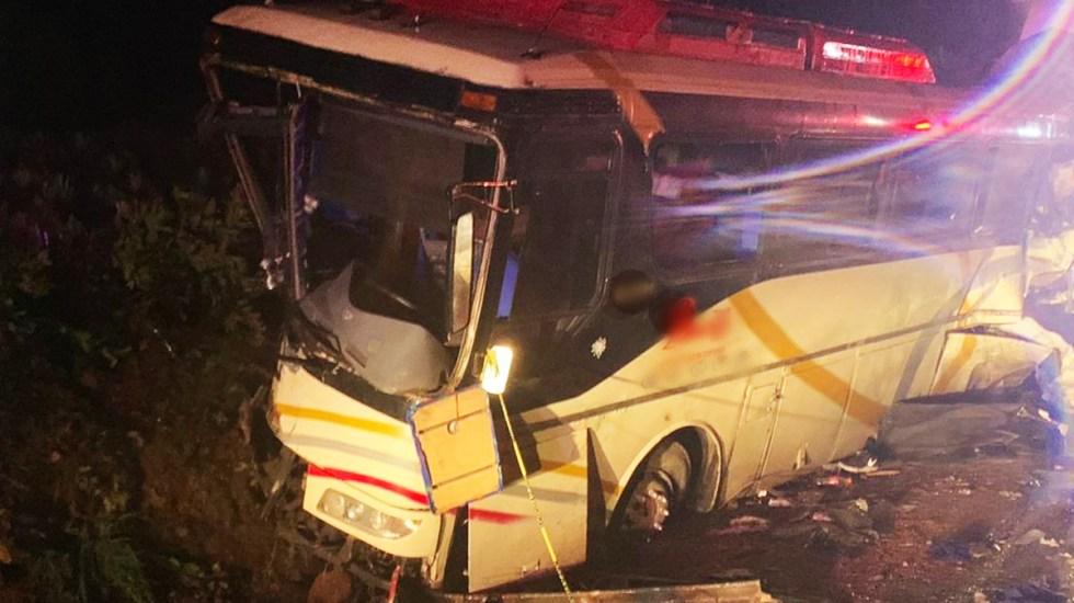 #Video Choque de tráiler contra autobús en la autopista Guadalajara-Tepic deja al menos seis muertos - Autobús de pasajeros chocado sobre la autopista Guadalajara-Tepic. Foto de @GN_Carreteras