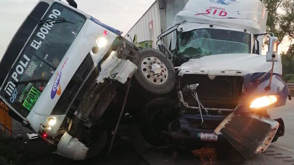Choque de tráiler contra camión de pasajeros en la México-Querétaro deja 4 muertos - Choque de tráiler contra camión de pasajeros sobre la autopista México-Querétaro. Foto de @MrElDiablo8