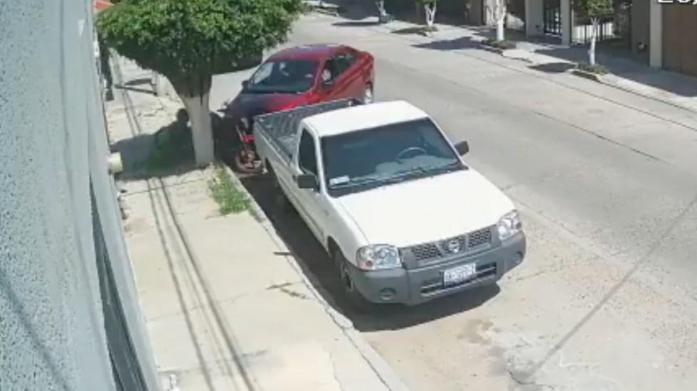#Video Automóvil embiste a repartidor de Uber Eats tras altercado en León - #Video Automóvil embiste a repartidor de Uber Eats en León. Foto tomada de video