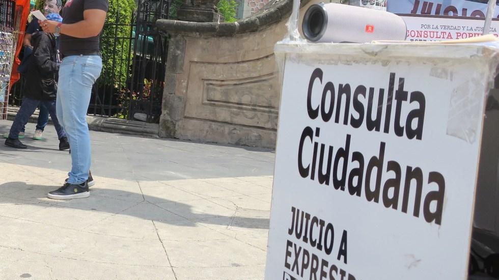 México, dividido por la polémica consulta que busca enjuiciar a expresidentes - Ciudadanos enfundados con mascaras de expresidentes, promueven el voto por el