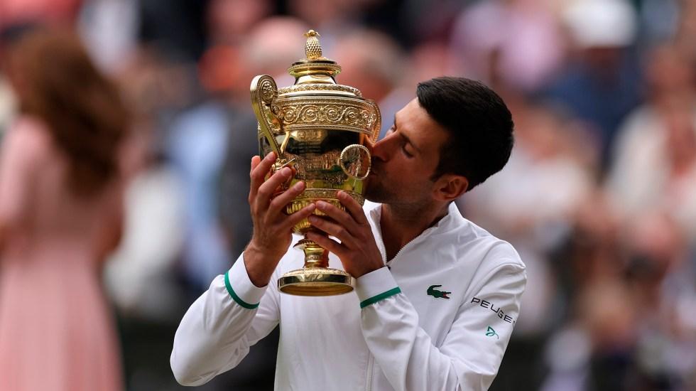 #Video Djokovic se alza con sexto campeonato en Wimbledon - Djokovic con sexta copa de Wimbledon. Foto de EFE