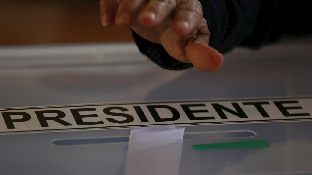 Exlíder estudiantil Gabriel Boric e independiente Sichel, elegidos candidatos presidenciales en Chile - Una persona vota en las primarias presidenciales hoy, en Santiago de Chile. Foto de EFE/ Elvis González.
