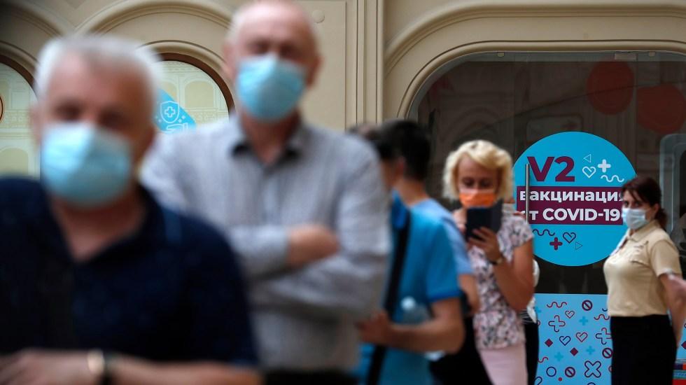 Variante Delta: 5 cosas que sabemos y dos preguntas sin respuesta - Fila en Moscú para vacunarse contra COVID-19. Foto de EFE