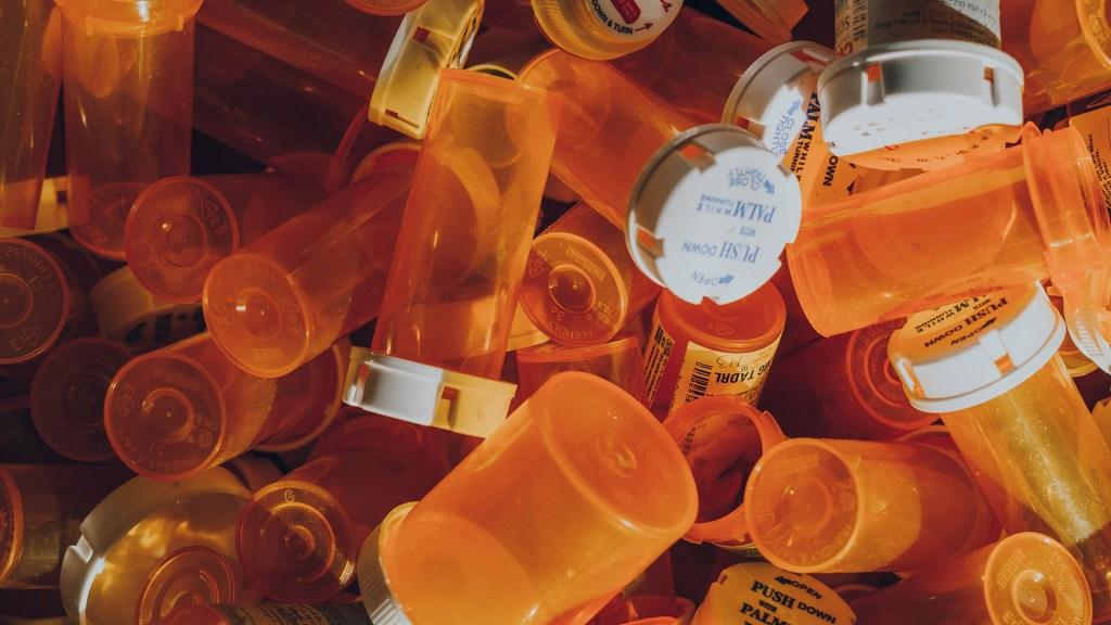 Empresas aceptan pagar 26 mil mdd por crisis de opioides en EE.UU. - Frascos de medicamentos. Foto de Haley Lawrence / Unsplash