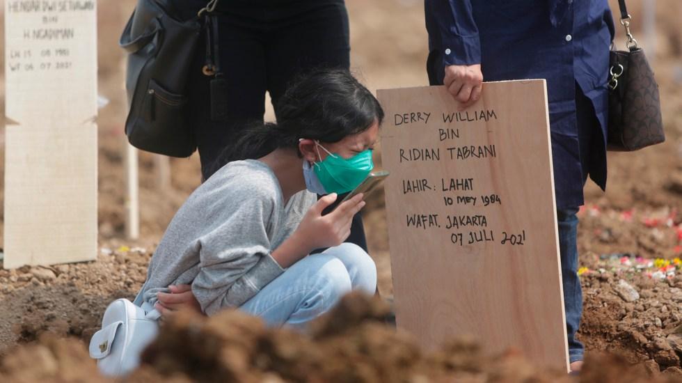El mundo supera las cuatro millones de muertes por COVID-19 - Funeral en Indonesia de víctimas de COVID-19. Foto de EFE