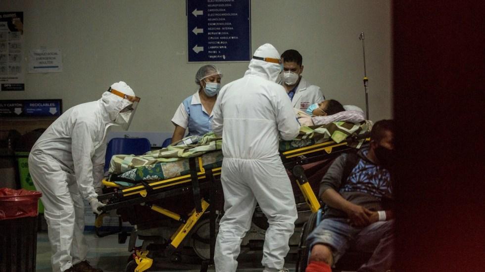 Guatemala detecta caso de hongo negro asociado con COVID-19 - Paramédicos con equipo de protección para evitar el contagio de coronavirus ingresan a una mujer al área de emergencias del Hospital San Juan de Dios, en Ciudad de Guatemala. Guatemala detecta un caso de hongo negro asociado con COVID-19. Foto de EFE/ Esteban Biba.