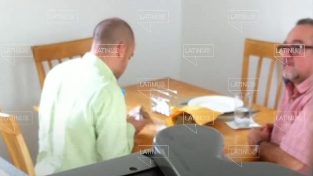 Hermano de López Obrador recibiendo dinero