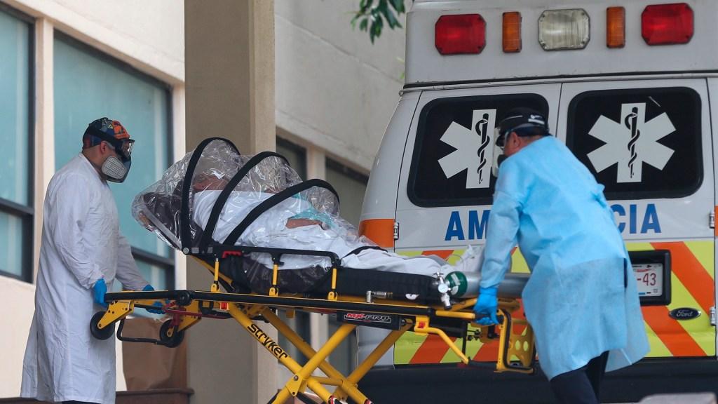 Hospitales padecen saturación tercera ola de COVID-19; el Gobierno le resta importancia - Ingreso de paciente con COVID-19 a hospital de la Ciudad de México. Foto de EFE