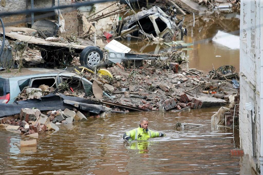 Inundaciones en Alemania y Países Bajos fueron causadas por el cambio climático - Un operario de rescate rodeado de escombros en uno de los lugares inundados en Pepinster, tras las fuertes lluvias de los últimos días. Foto de EFE/ JULIEN WARNAND