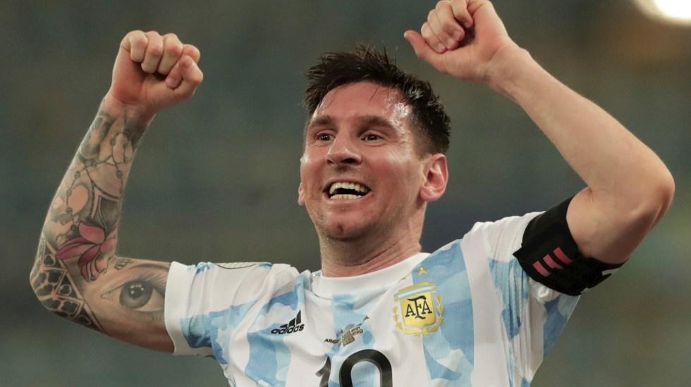 """Messi dedica triunfo a Maradona: """"seguro nos apoyó desde donde esté"""" - Lionel Messi de Argentina celebra el triunfo ante Brasil en la final de la Copa América. Foto de EFE/ Andre Coelho."""