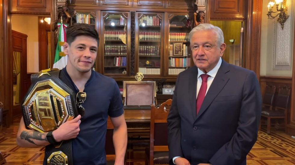 López Obrador recibe en Palacio Nacional a Brandon Moreno, campeón de la UFC - Brandon Moreno en Palacio Nacional con AMLO. Captura de pantalla