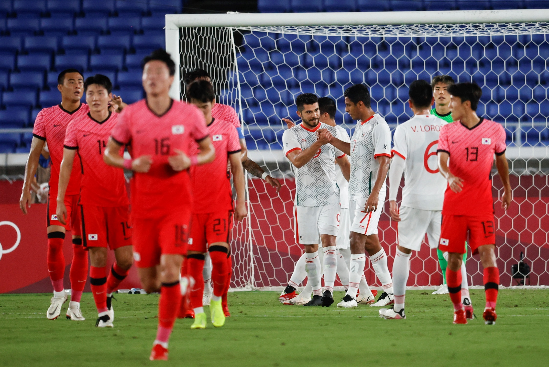 Los jugadores mexicanos celebran el 1-3 en el encuentro de Cuartos de Final entre Corea del Sur y México, durante los Juegos Olímpicos 2020, en el Estadio Internacional de Yokohama. Foto de EFE/ Miguel Gutiérrez.