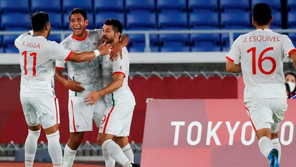 El Tri Olímpico golea a Corea e ilusiona a México con una medalla - Jugadores de México celebran en el encuentro de Cuartos de Final ante Corea del Sur, durante los Juegos Olímpicos 2020, en el Estadio Internacional de Yokohama. Foto de EFE/ Miguel Gutiérrez.