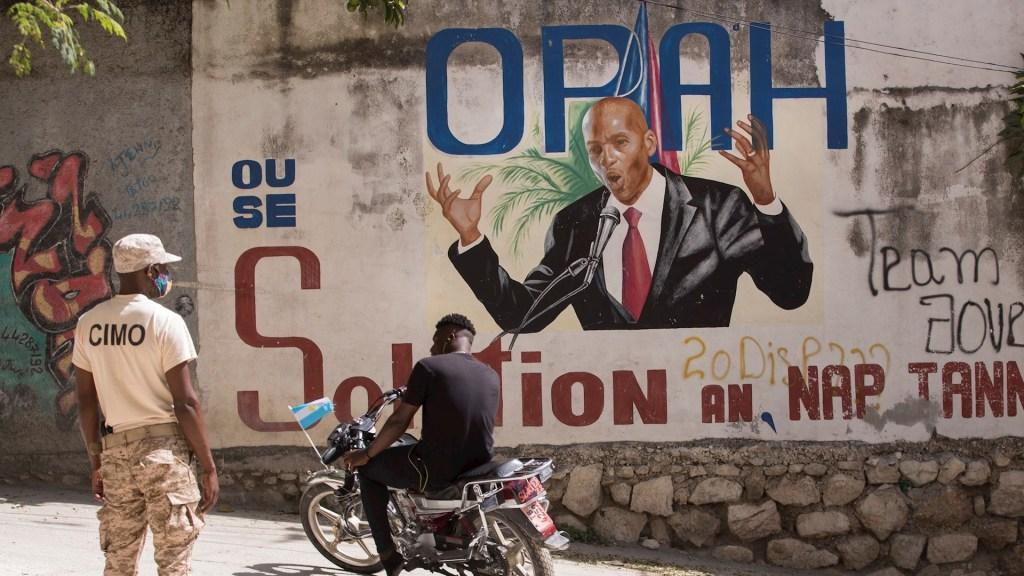 Magnicidio de Moïse, un rompecabezas con muchas piezas 'que no encajan' - Un policía vigila el acceso a la casa del asesinado presidente Jovenel Moíse, en Puerto Príncip, Haití. Foto de EFE/ Orlando Barría.