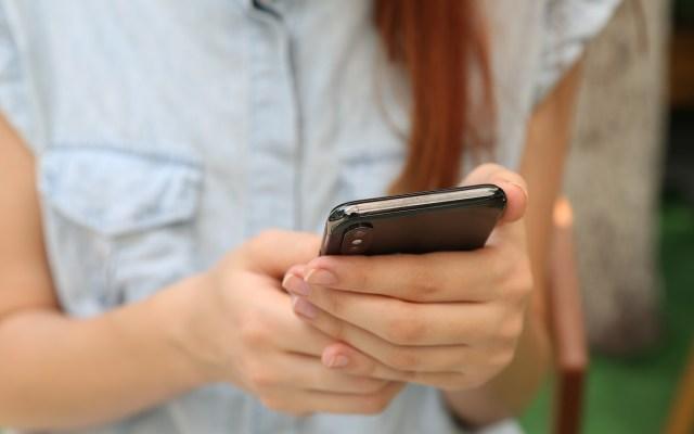Facebook, Google, TikTok y Twitter se unen contra el acoso en línea a mujeres - Mujer utiliza el celular. Foto de Yura Fresh / Unsplash