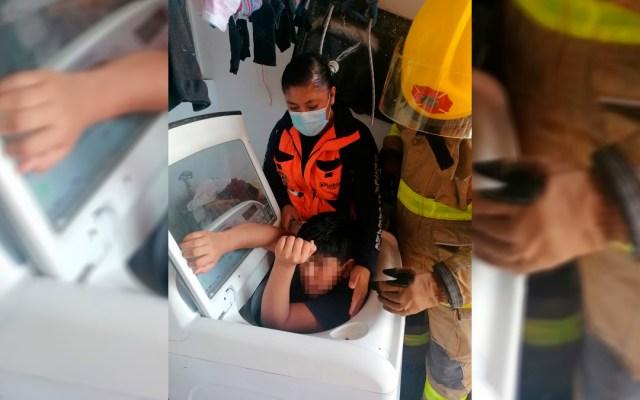 Rescatan en Puebla a niño atrapado en lavadora - Niño atrapado en lavadora. Foto de @PCPueblaCapital