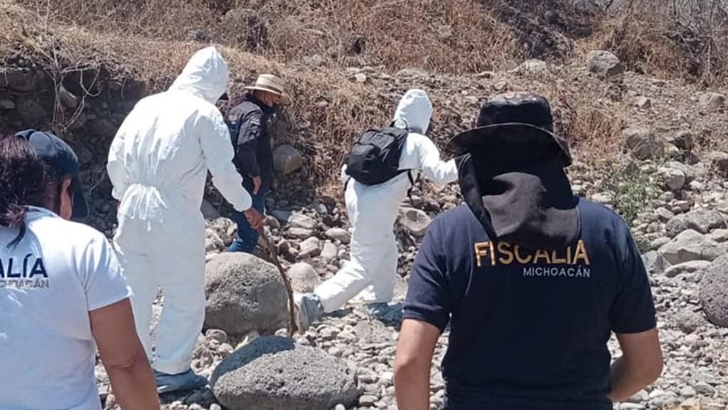 Localizan en Michoacán restos humanos de seis hombres - Peritos forenses de la FGE de Michoacán