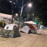 Jubilados y pensionados instalan plantón sobre Paseo de la Reforma; afecta circulación en ambos sentidos