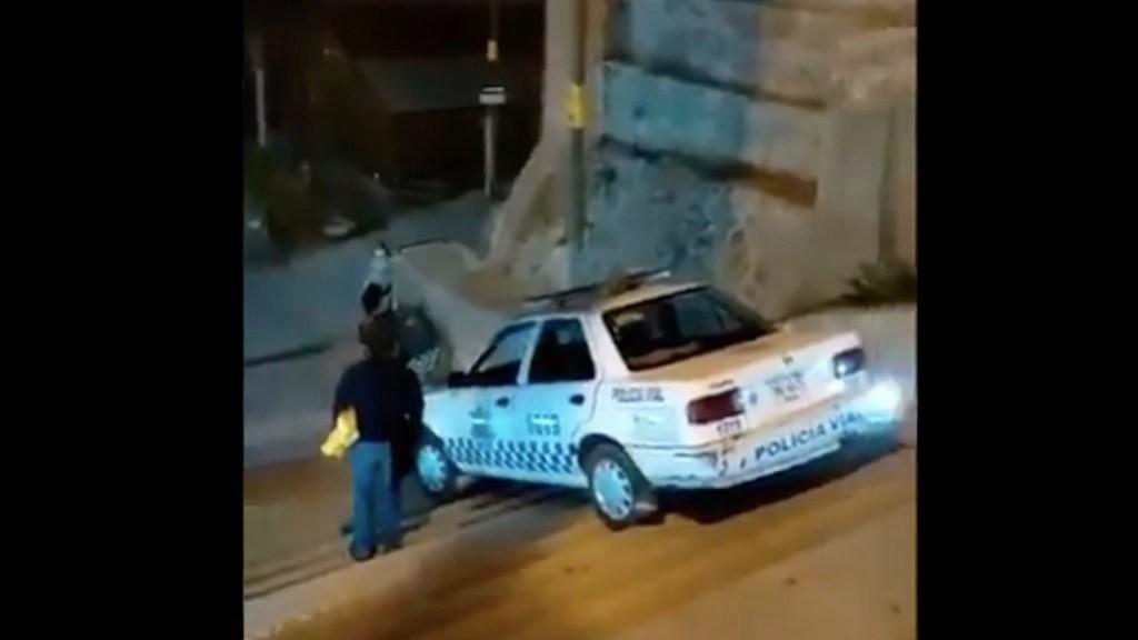 #Video Policía intenta bajar por escaleras a bordo de patrulla en Oaxaca - Policía intenta bajar por escaleras a bordo de una patrulla en Oaxaca. Foto tomada de video