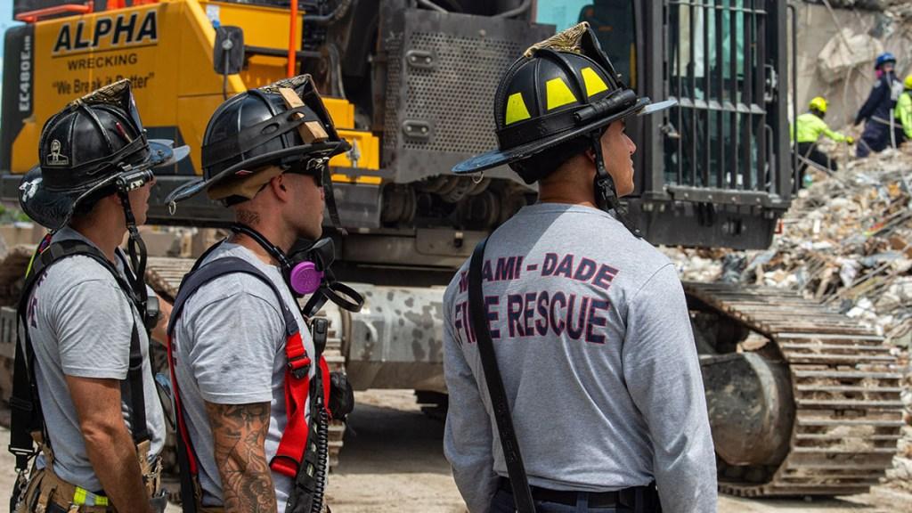 Familiares de la última víctima de derrumbe en Surfside esperan aún sus restos - Rescatistas de Miami Dade que trabajaron en derrumbe de edificio en Surfside. Foto de @MiamiDadeCounty