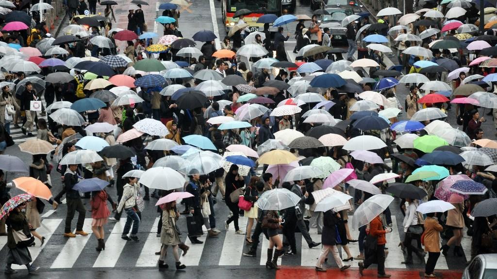 Tifón se aproxima a Tokio; afectaría Juegos Olímpicos - Transeúntes en Tokio con paraguas ante lluvia. Foto de Alex Block / Unsplash