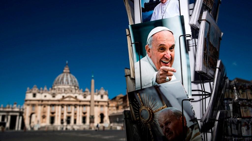 Papa Francisco, conmovido ante mensajes de cariño tras cirugía - Venta de fotos del papa Francisco en el Vaticano. Foto de EFE