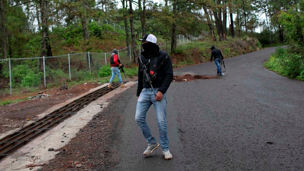 Tensión en Michoacán por civiles armados en zona aguacatera - Zona aguacatera Michoacán autodefensas alerta de viaje