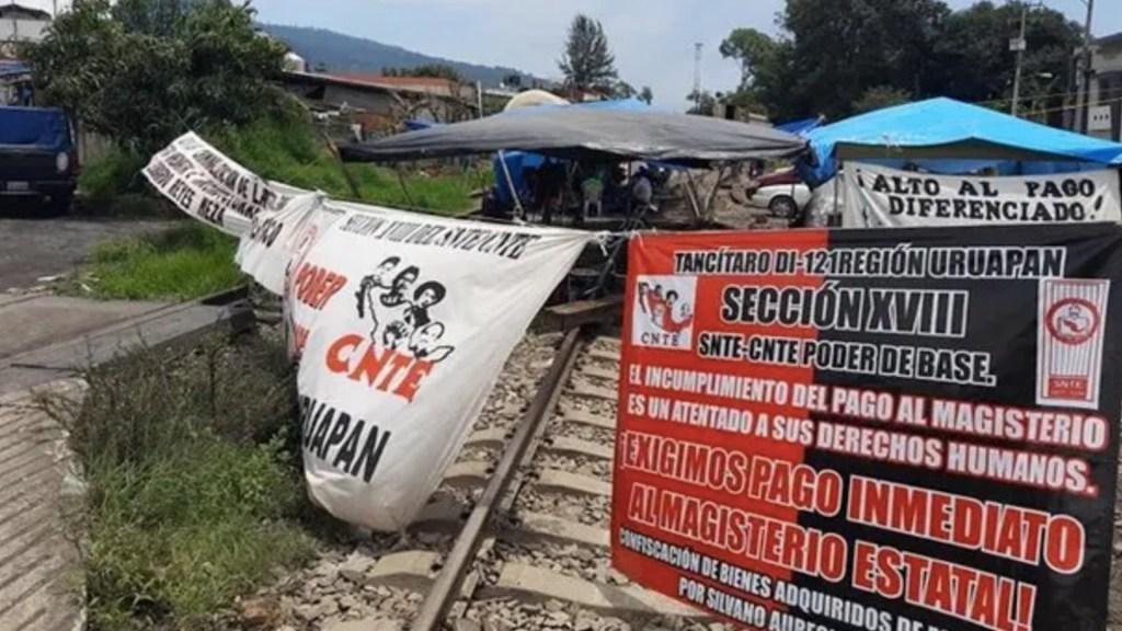 Profesores reinstalan bloqueo en vías del tren en Michoacán - Michoacán