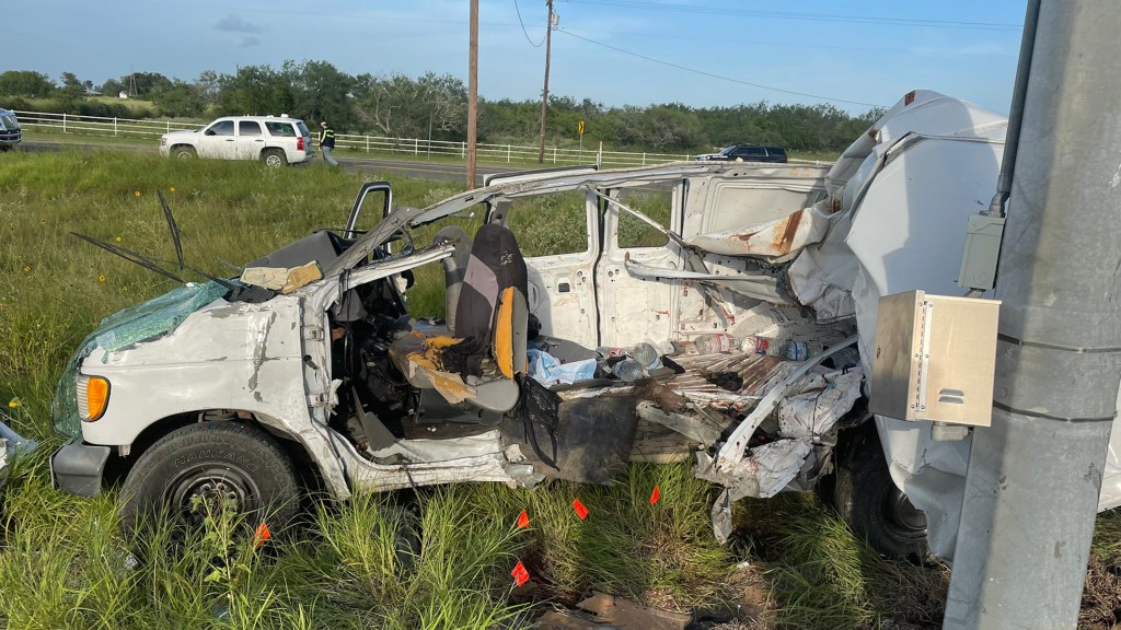 Accidente vial en Texas deja 10 migrantes indocumentados muertos - Camioneta en la que viajaban los migrantes indocumentados