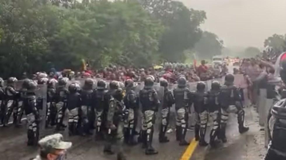 #Video Caravana migrante parte desde Tapachula rumbo a EE.UU; se enfrentan con Guardia Nacional - caravana migrantes enfrentamiento Guardia Nacional Chiapas