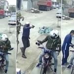#Video Obreros lanzan costal de cemento para frustrar asalto