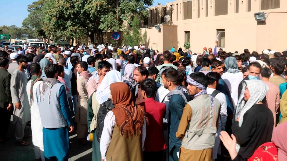 Países europeos finalizan evacuaciones desde Kabul por amenaza de atentado - Ciudadanos afganos en inmediaciones del aeropuerto de Kabul
