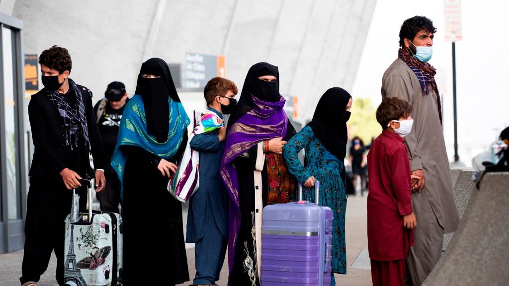 Biden presume evacuación de más de 120 mil personas de Afganistán - Ciudadanos afganos evacuados por Estados Unidos