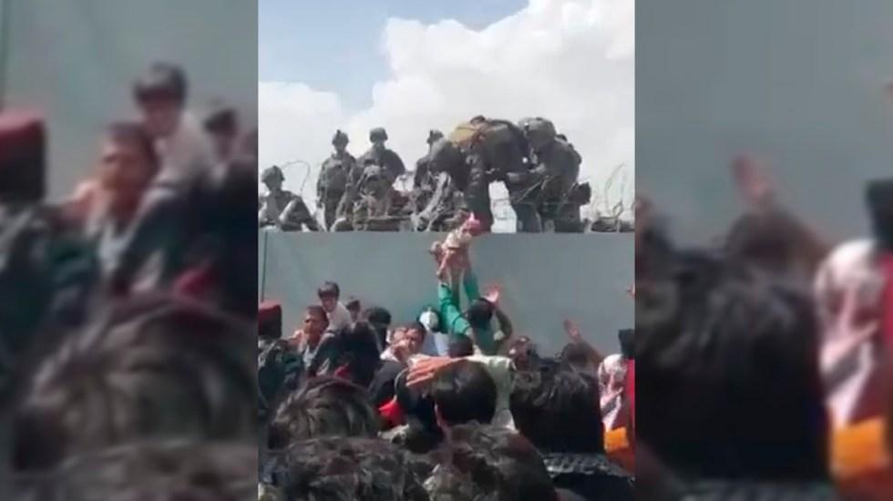 #Video Entregan a bebé afgano a soldados de EE.UU. en medio de caos en aeropuerto de Kabul - Entrega de bebé afgano a soldados estadounidenses