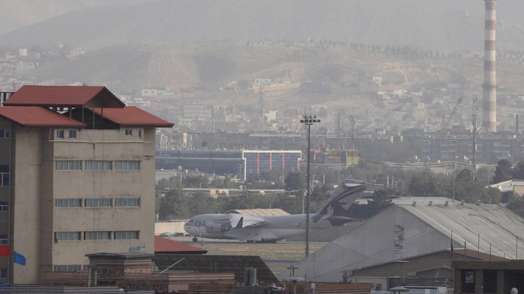 """EE.UU. admite que mató por """"error"""" a 10 civiles en ataque con drones en Kabul - Estados Unidos Afganistán Vista de aviones militares en el Aropuerto Internacional Hamid Karzai, en Kabul, Afganistán. Foto de EFE/ Stringer"""