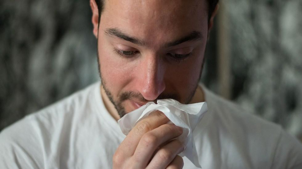 SARS-CoV-2 impregna el aire como otros virus respiratorios, concluye estudio - Hombre después de estornudar