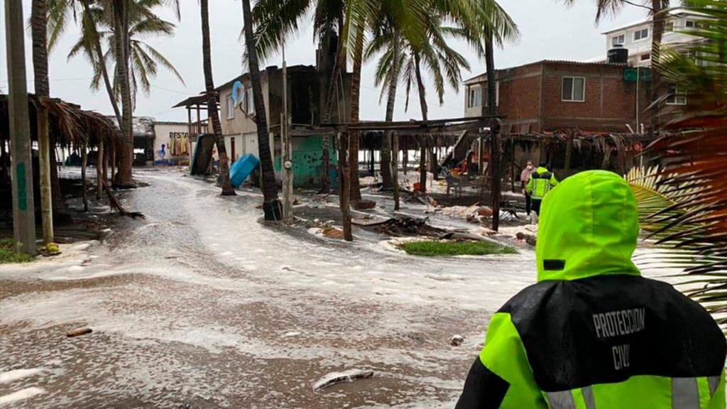 Centro de Huracán Nora cruzará Jalisco en las próximas horas, alerta SMN - Trabajos de Protección Civil ante el Huracán Nora. Foto de CNPC.