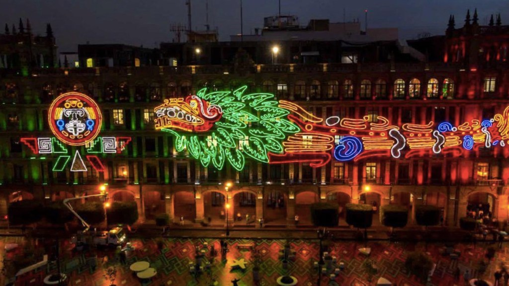Cierran primer cuadro del Centro Histórico por Fiestas Patrias - Inauguran iluminación en el Zócalo por 500 años de la resistencia indígena. Foto de Twitter Claudia Sheinbaum