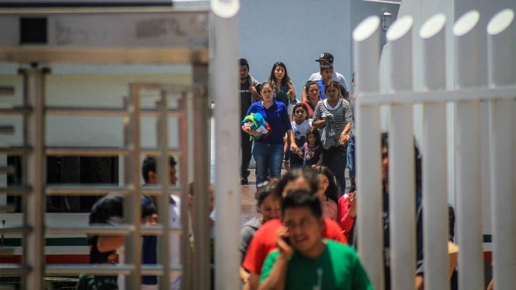 EE.UU. deporta a migrantes hacia México, confirma la Casa Blanca - Decenas de migrantes, la mayoría con niños, retornan a territorio mexicano por la garita del chaparral, en la ciudad de Tijuana, del estado de Baja California (México). Foto de EFE/ Joebeth Terriquez/Archivo