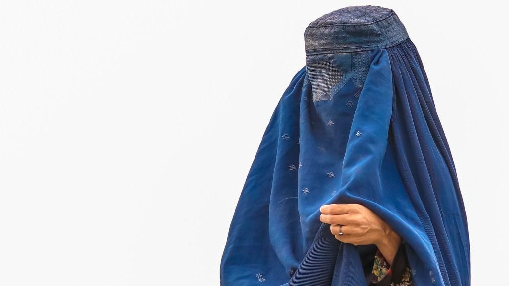Malala pide proteger derechos de mujeres y niñas en Afganistán tras toma de talibanes - Mujer con burka en un campo de refugiados en Kabul, Afganistán