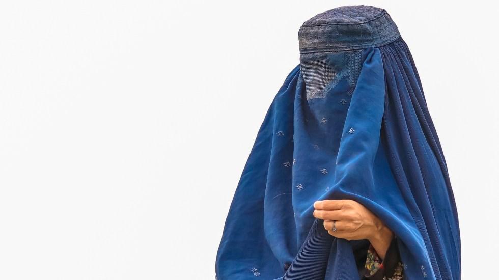 Joven pide a México sacar de Afganistán a sus hermanas; Van a tener que ser esposas de soldados talibanes, advierte - Mujer con burka en un campo de refugiados en Kabul, Afganistán