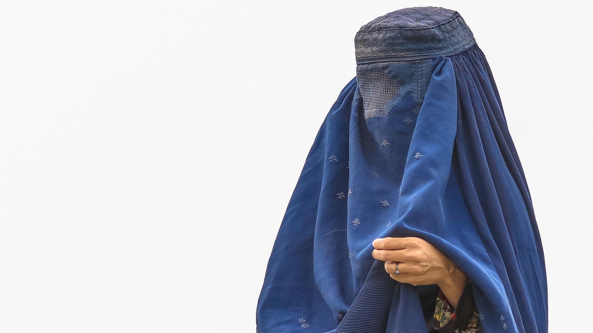 Talibanes autorizan a mujeres seguir en la universidad, pero separadas de los hombres