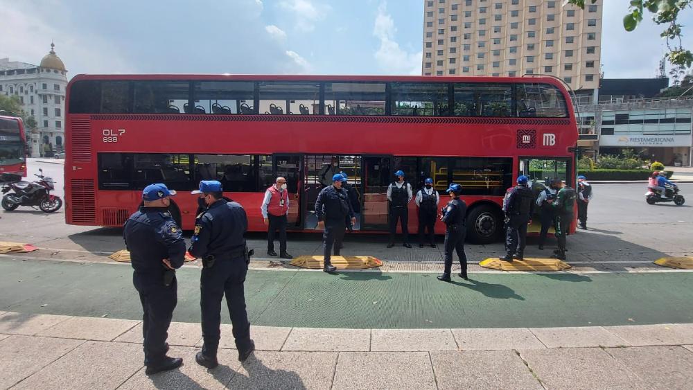Una mujer murió a bordo del Metrobús en la Ciudad de México - Mujer infarto Metrobús CDMX