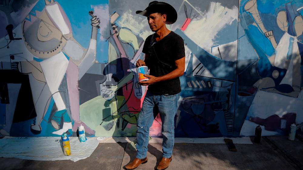 Fans pintan un mural y dejan flores por salud de Vicente Fernández - mural Vicente Fernández