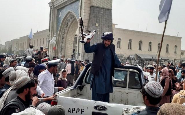 """Los talibanes declaran una """"amnistía general"""" tras conquistar Afganistán - Patrulla de los talibanes en la ciudad de Kandahar"""