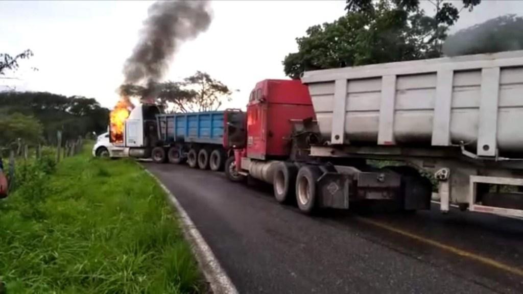 #Video Regresa la violencia a Michoacán con quema de vehículos y enfrentamientos - Quema de tráiler sobre carretera de Michoacán