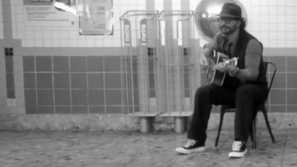 #Video Ricardo Arjona canta en Metro de Nueva York y no lo reconocen - #Video Ricardo Arjona toca en el Metro de Nueva York y nadie lo reconoce. Foto tomada de video