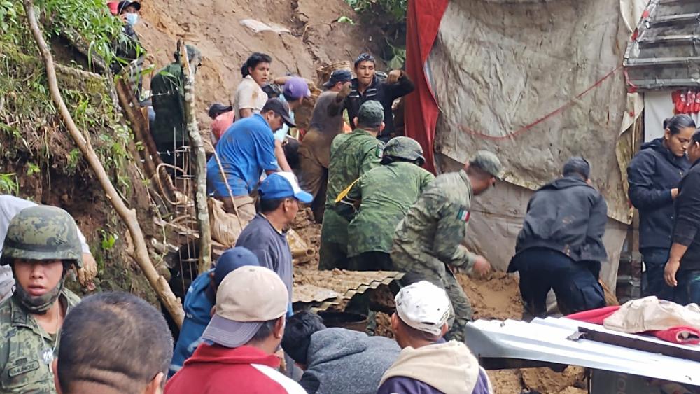 En Veracruz rescatan con vida a menor tras deslave ocasionado por Grace - Sedena Veracruz Xalapa Grace