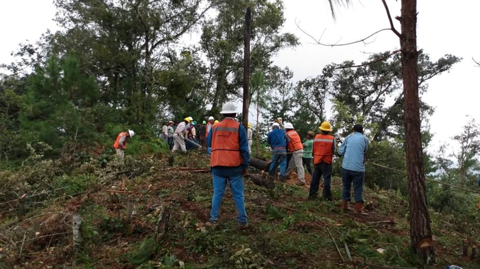 Restablece CFE energía eléctrica al 100 % en estados afectados por el huracán Grace - Trabajadores de CFE restablecen luz en estados afectados por el huracán Grace