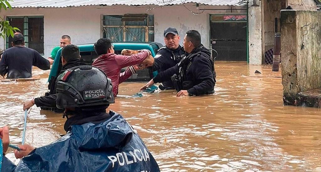 """""""No están solos"""", dice AMLO a deudos por paso de Grace; """"cuentan con Cuitláhuac y todos nosotros"""" - Fotografía cedida por la Secretaría de Seguridad Estatal donde se observa a policías estatales rescatando personas en un área inundada, en el municipio de Xalapa, Veracruz. Foto de EFE/ Secretaría de Seguridad Pública de Veracruz."""